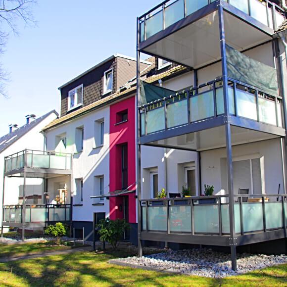 Bild von einem sanierten Mehrfamilienhaus in Herne mit angebauten Balkonen