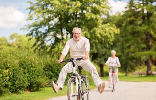 Ein rüstiges Herner Ehepaar auf Fahrrädern ist glücklich nach dem Immobilienverkauf